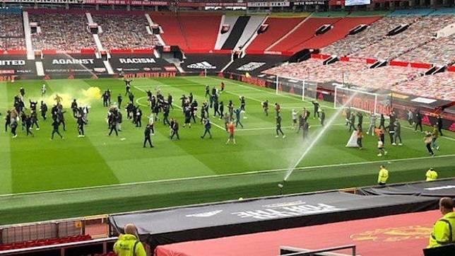 Suporter MU melakukan aksi protes di Old Trafford