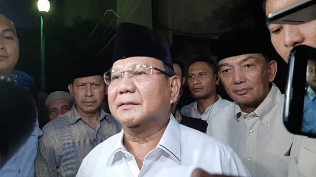 Prabowo Subianto membesuk Eggi dan Lieus di Polda Metro Jaya pada Senin (20/5/2019) malam. [Suara.com/Yosea Arga]