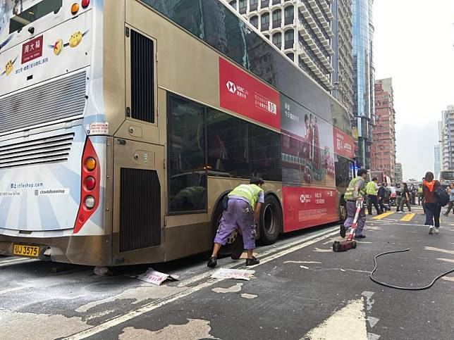 九巴工程人員為巴士更換車軚。