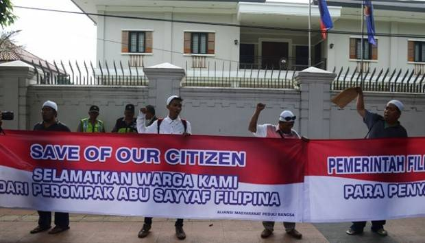 Activists from Alliance of Patriotic Community protested in front of Philippines Embassy in Jakarta on Aug. 1. They demanded government to help the release of Indonesian sailors taken as hostages by Filipino militant group Abu Sayyaf.