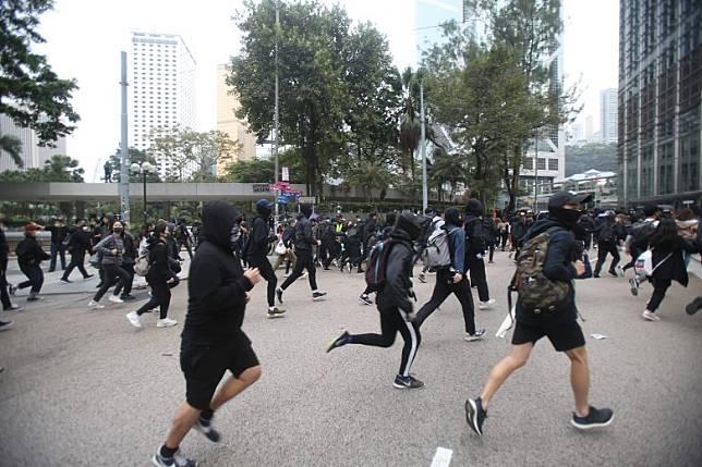 示威者四散。(李華輝攝)