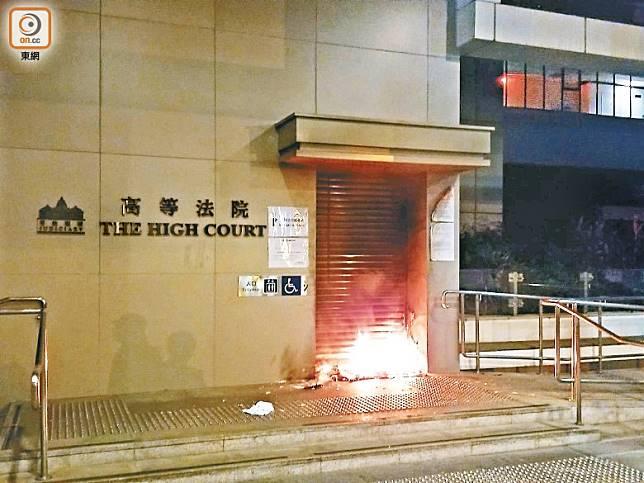 高等法院其中一個出入口被掟汽油彈後起火。(蔡高華攝)