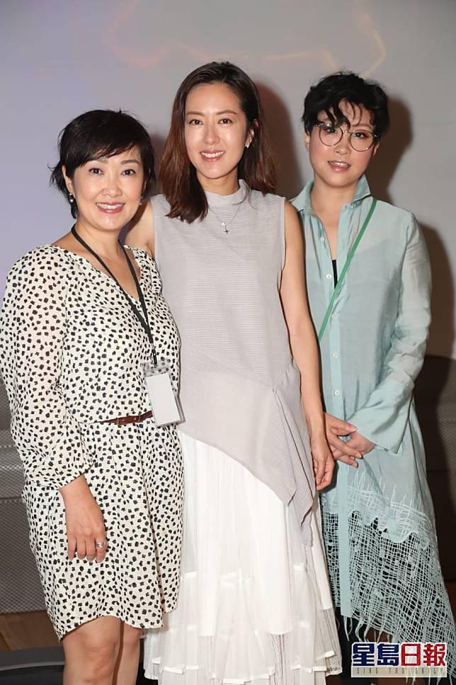 甄詠蓓(左)亦有出席展覽。