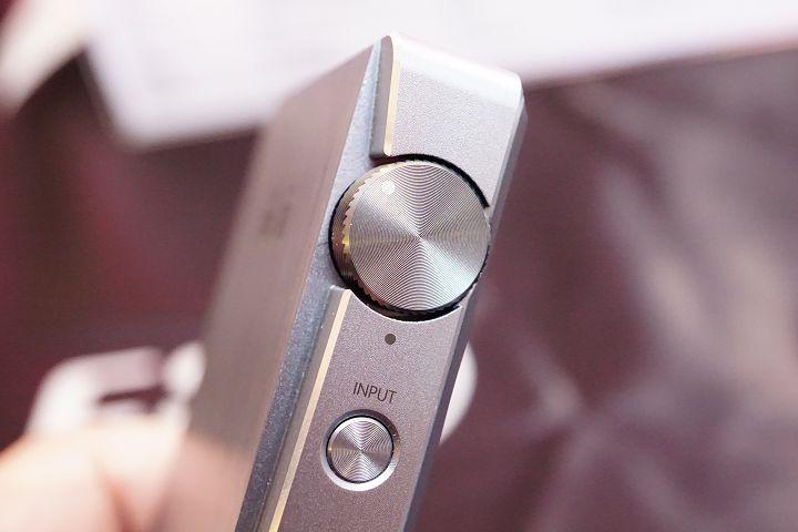 按鍵及音量旋鈕採同心圓紋路。