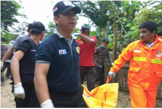 Petugas Identifikasi dari RS Bhayangkara dan Polda Sultra saat mengangkat kantong mayat perempuan yang ditemukan di sekitar Sungai Wanggu Kendari.(KOMPAS.COM/KIKI ANDI PATI) (KOMPAS.COM/KIKI ANDI PATI)   Artikel ini telah tayang di Kompas.com dengan judul