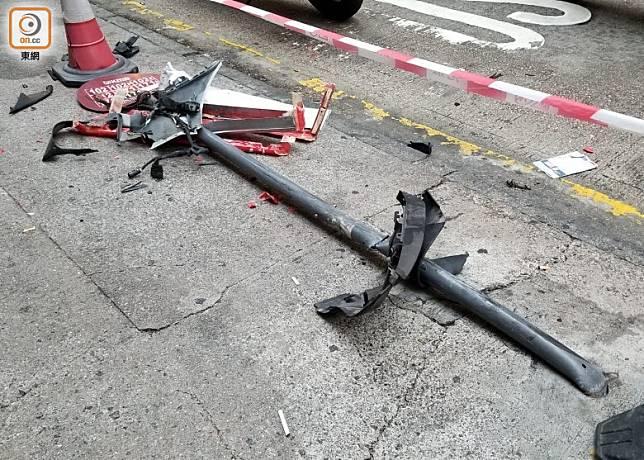 被撞毀的巴士站牌。(梁國雄攝)