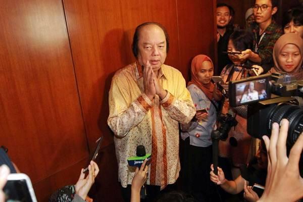 Pendiri Grup Mayapada Dato Sri Tahir menjawab pertanyaan wartawan usai bertemu Gubernur Bank Indonesia Perry Warjiyo untuk melaporkan penukaran uang dolar AS dan dolar Singapura senilai Rp2 triliun, di Jakarta, Senin (15/10/2018)./JIBI-Dwi Prasetya