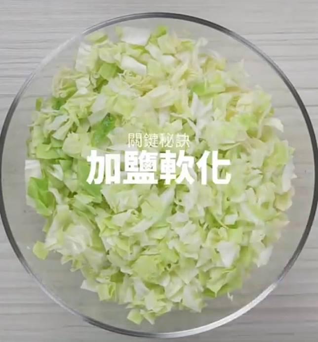 椰菜先切成小塊,再用鹽醃約30分鐘。(互聯網)