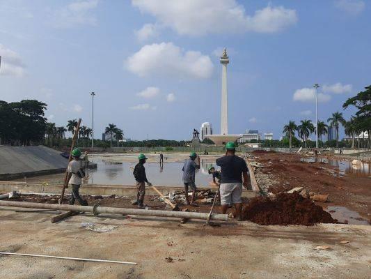 Sejumlah pekerja proyek revitalisasi lapangan Monas.