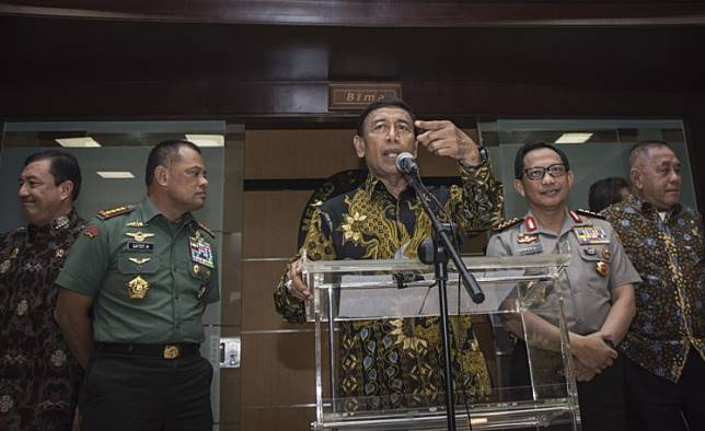 Coordinating Legal, Political, Security Minister Wiranto (center) speaks at a press conference, accompanied by Defense Minister Ryamizard Ryacudu (right), Indonesian Military (TNI) chief Gen. Gatot Nurmantyo (second left), National Police chief Gen. Tito Karnavian (second right) and State Intelligence Agency (BIN) chief Gen. Budi Gunawan (left).