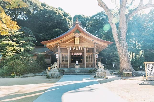 位於福岡太宰府的竈門神社因與《鬼滅之刃》中的兄妹主角的姓氏相同為「竈門」,而成為動漫迷人熱景點。(互聯網)
