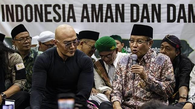 Ketua Umum Pengurus Besar Nahdlatul Ulama (PBNU) Said Aqil Siradj bersama artis Deddy Corbuzier saat menghadiri Istighosah PBNU di Jakarta, Rabu (31/7). [ANTARA FOTO/Dhemas Reviyanto]