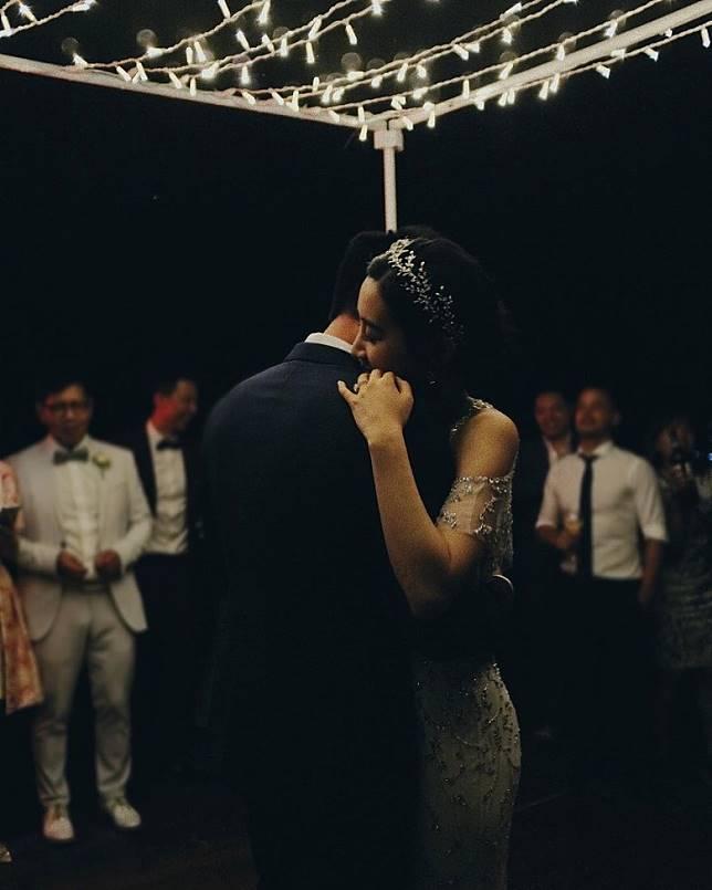 吳雨霏晒出婚禮當晚與老公跳舞嘅相片。