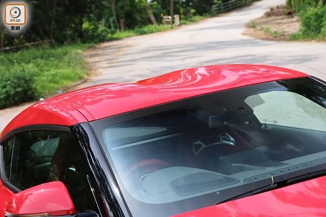 沿襲自2000 GT的Double-Bubble雙拱車頂設計,有助減少阻力,同時又不會犧牲車廂的頭部空間。(張錦昌攝)