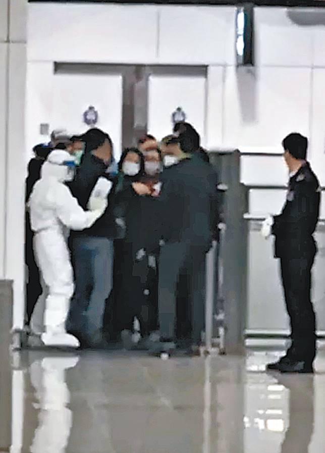 內地客被穿防護衣職員攔截。