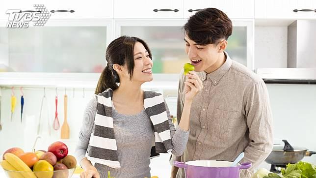 許多情侶和夫妻常會在公開場合放閃。(示意圖/TVBS)