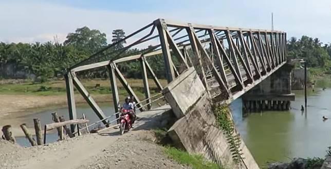 Jembatan Ule Raket yang miring tapi masih tetap dipakai warga