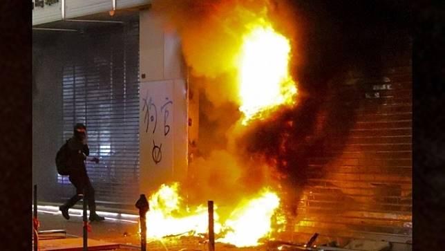 ผู้ประท้วงฮ่องกงวางเพลิงและทำลายทรัพย์สินทางการและเอกชนจีนหลายแห่งในช่วงสุดสัปดาห์