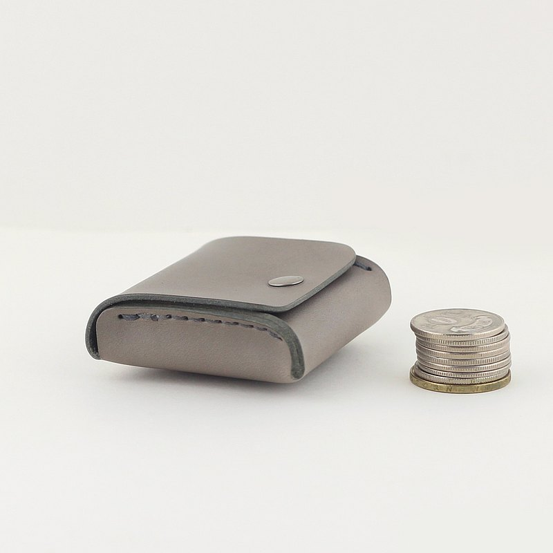 只有2/3的名片大小,一體成形的立體設計, 體積雖小卻大有容量,讓你口袋裡滿滿的零錢有個家 使用植鞣皮革手工製作,經常使用皮革光澤度會越來越好