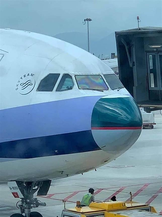 有網民形容華航機配國泰鼻,猶如整容失敗。(互聯網)