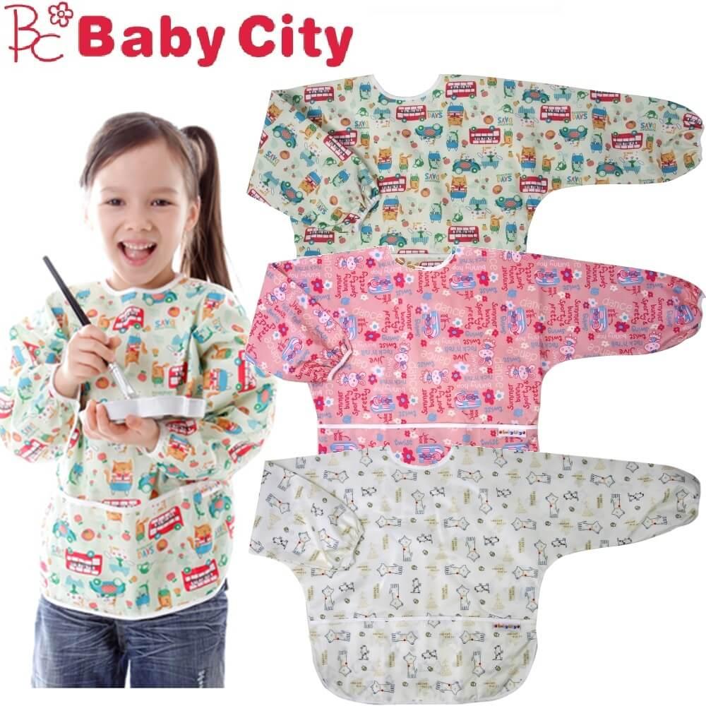 適合3-5歲寶貝,兩側包覆設計,衣服側邊也不擔心弄髒!防水材質隔絕髒汙.清潔好簡單!調節尺寸・口袋設計・收納便利