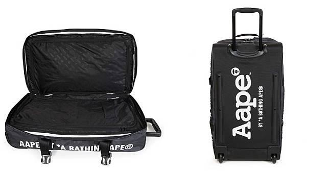 實用雙層間隔可以整齊收納衣物及旅行用品,背面印上巨大AAPE字樣夠晒搶眼。(互聯網)