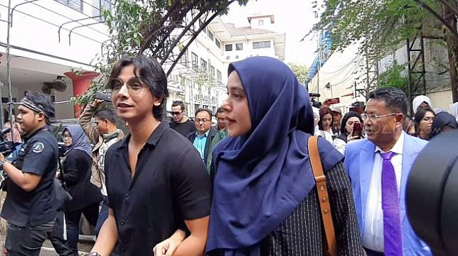 Fairuz A Rafiq didampingi suami, Sonny Septian dan pengacara Hotman Paris mendatangi Komnas Perempuan, Senin (8/7/2019). [Yuliani/Suara.com]