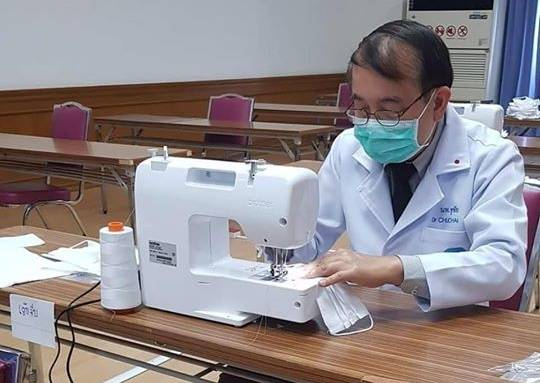 ชาวเน็ตจุก! เห็นภาพหมอเย็บหน้ากากอนามัยใช้เอง 'หมอชูชัย' ลั่น ไม่ได้อ้อนวอนร้องขออะไร