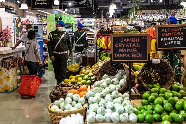 Members of the Semarang Military Police visit a local market to oversee the implementation of health protocols to prevent the spread of COVID-19 in Semarang, Central Java, on Monday.