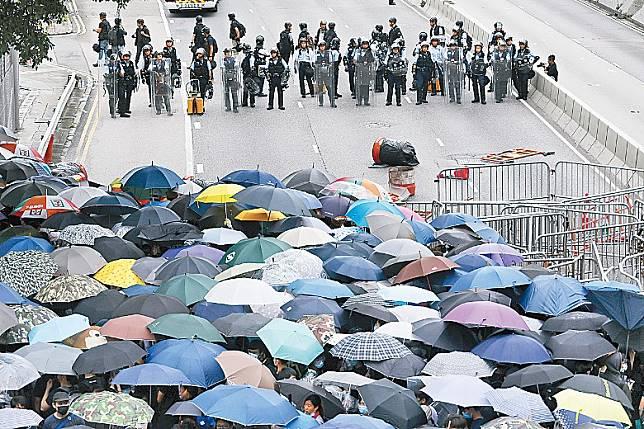 「612暴動」期間示威者與警員兩陣對峙。