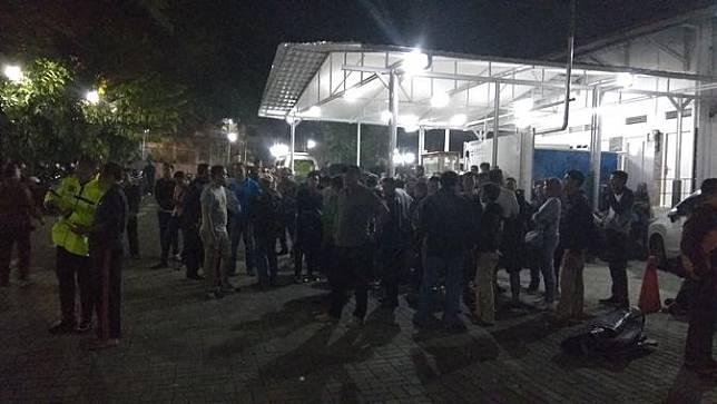 Keluarga sedang menunggu jenazah korban tewas kecelakaan bus di Cikidang, Sukabumi. Mereka menunggu di rumah duka Sinar Kasih, Bondongan, Kota Bogor.