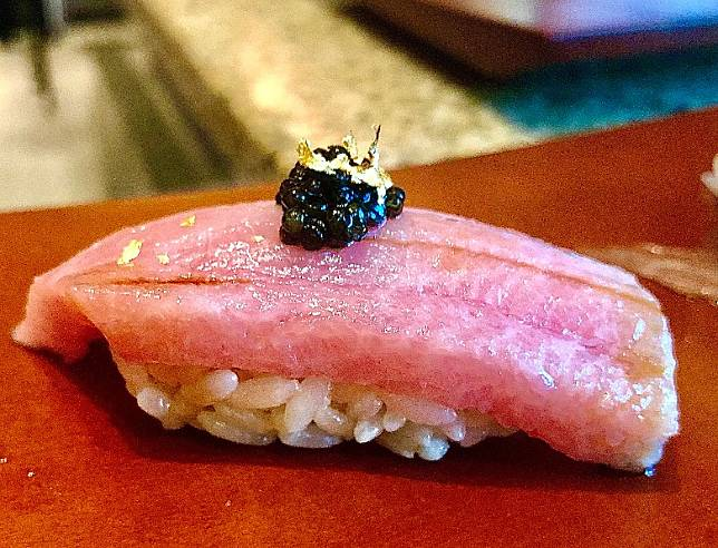 拖羅取自吞拿魚的頸部位,全條魚只有極小分量,亦是吞拿魚最少活動的位置,豐腴細滑,入口即化,味道甘甜。(作者提供)