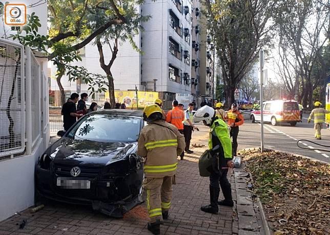 私家車失事剷上行人路。(文健雄攝)