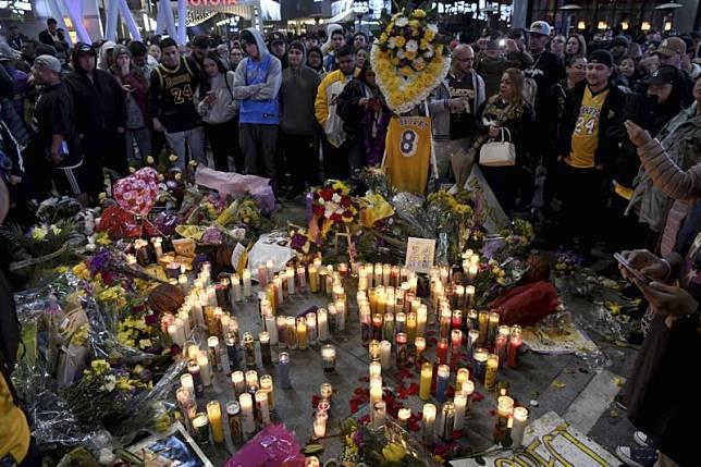 球迷在Staples Center緬懷布萊恩(Kobe Bryant)/達志影像