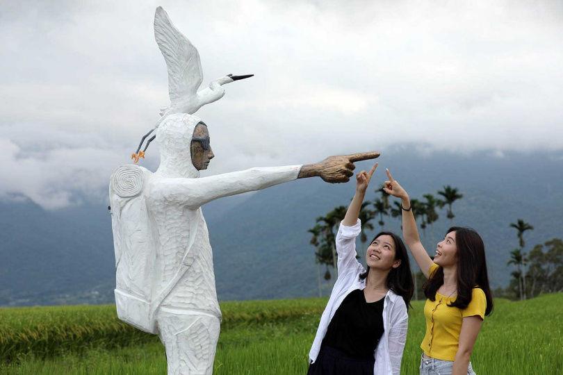 日本藝術家阿部乳坊的木雕《永恆的旅者》,身著白鷺鷥裝,手指著故鄉日本新潟縣。(圖/于魯光攝)