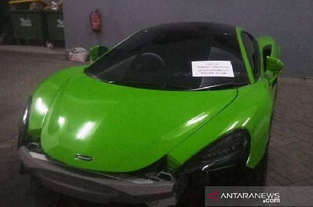 Salah satu mobil mewah yang disita polisi karena diduga tak taat administrasi, kemudian diamankan di Mapolda Jatim, Surabaya, Desember 2019. ANTARA Jatim/HO-Polda Jatim