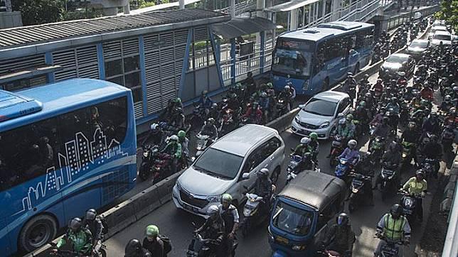 Pengendara sepeda motor melintasi jalur busway di Jalan Sultan Agung, Jakarta, 24 Oktober 2017. Menerobos jalur busway dapat membahayakan pengendara motor dan mobil. ANTARA