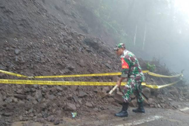 Tanah longsor timpa badan jalan menuju Gunung Rinjani