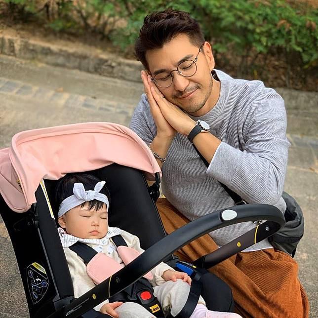 爸爸陳展鵬讚第一次食藥水的「小豬比」好乖。