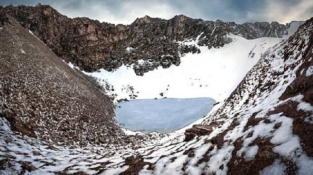 Danau Roopkund di dataran tinggi Himalaya bagian India dikenal sebagai Danau Tengkorak. Kredit: Atish Waghwase