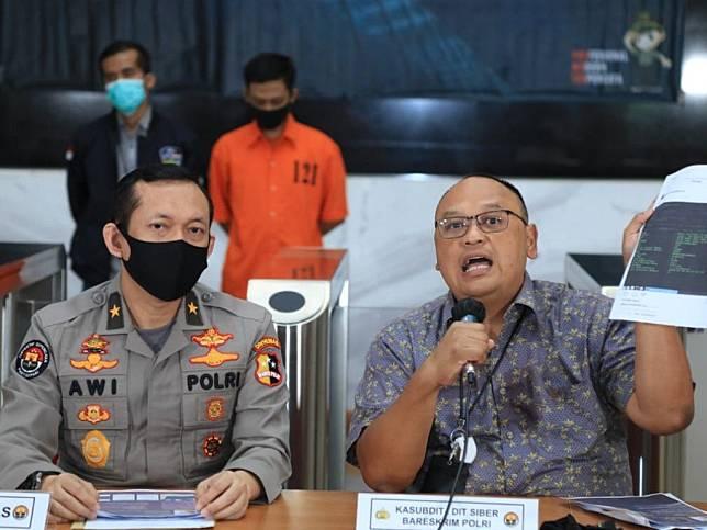 Motif Pegawai Telkomsel Bocorkan Data Denny Siregar