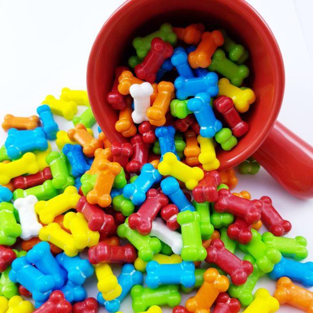 #狗骨頭 造型硬糖,水果風味搭上七彩的顏色,繽紛可愛的骨頭造型,連汪星人也想嚐嚐,在 #聖誕節 、 #萬聖節 等各種 #派對 活動場合中當作裝飾糖果或是可愛小禮物,都非常適合。 百變造型的糖果都在這裡