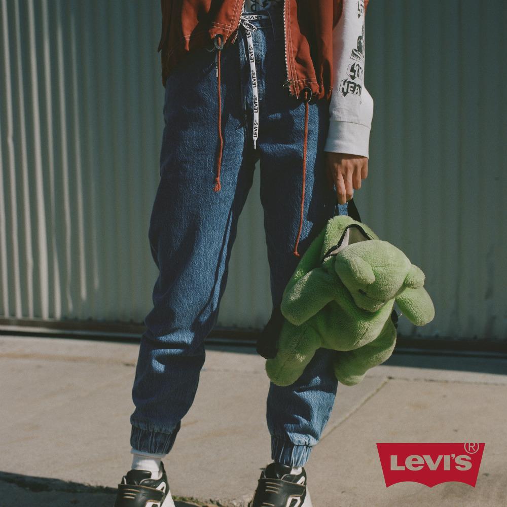 貨號:79075-0000levis 女款 501 joggers 運動丹寧排釦縮口褲 / 經典直筒版型 / 運動風抽繩 / 淺藍水洗