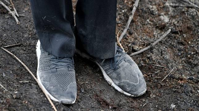 Sepatu Presiden Joko Widodo kotor usai digunakan meninjau penanganan kebakaran hutan dan lahan di Desa Merbau, Kecamatan Bunut, Pelalawan, Riau, Selasa (17/9). [ANTARA FOTO/Puspa Perwitasari]