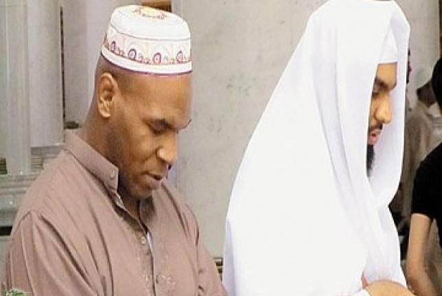 Mike Tyson menjalankan shalat sunah di Raudhah
