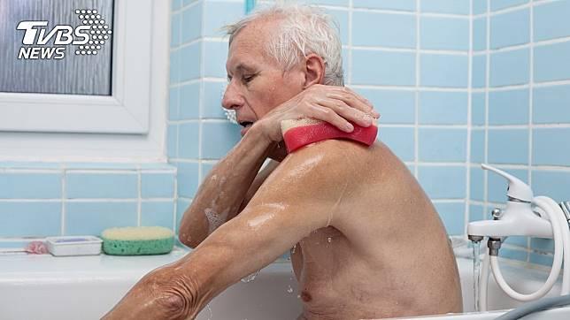老翁洗澡跌倒,遭圓罐插入肛門。示意圖/TVBS