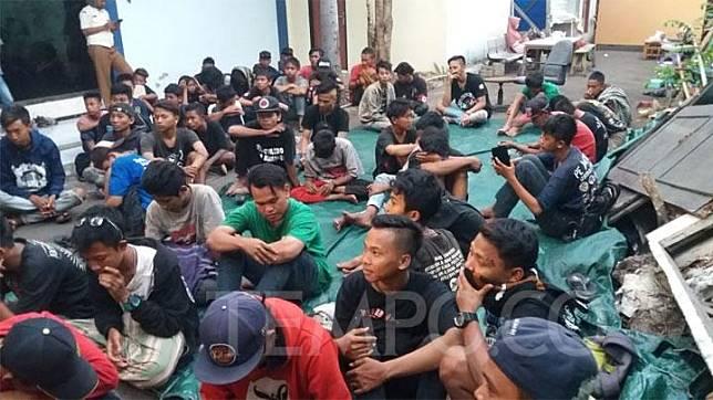 Puluhan penonton Konser untuk Republik di Cibubur terlantar di Kota Bekasi, Senin, 21 Oktober 2019. Tempo/Adi Warsono