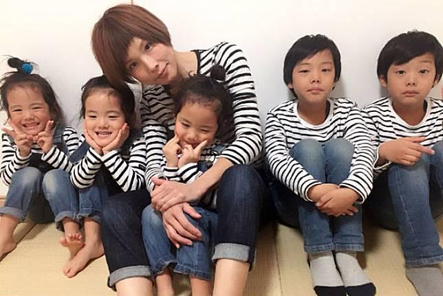 Kompak lagi dengan baju garis-garis. (Foto: copyright instagram.com/sachina212)