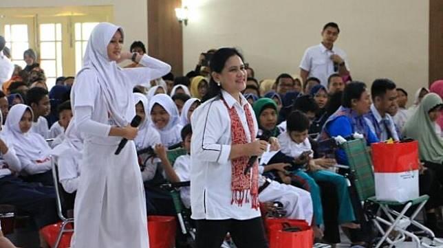 Iriana Jokowi jadi duta anti narkoba di depan siswa Semarang, Jumat (4/1/2019). (Suara.com/Adam Iyasa)