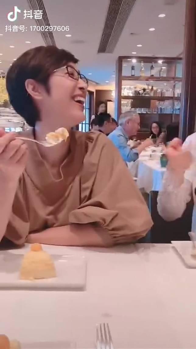 鏡頭一嚟見到陳法蓉笑得勁開心!